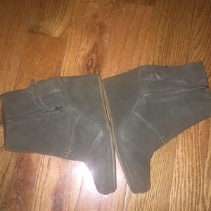 Excellent preowned army green booties by Toms